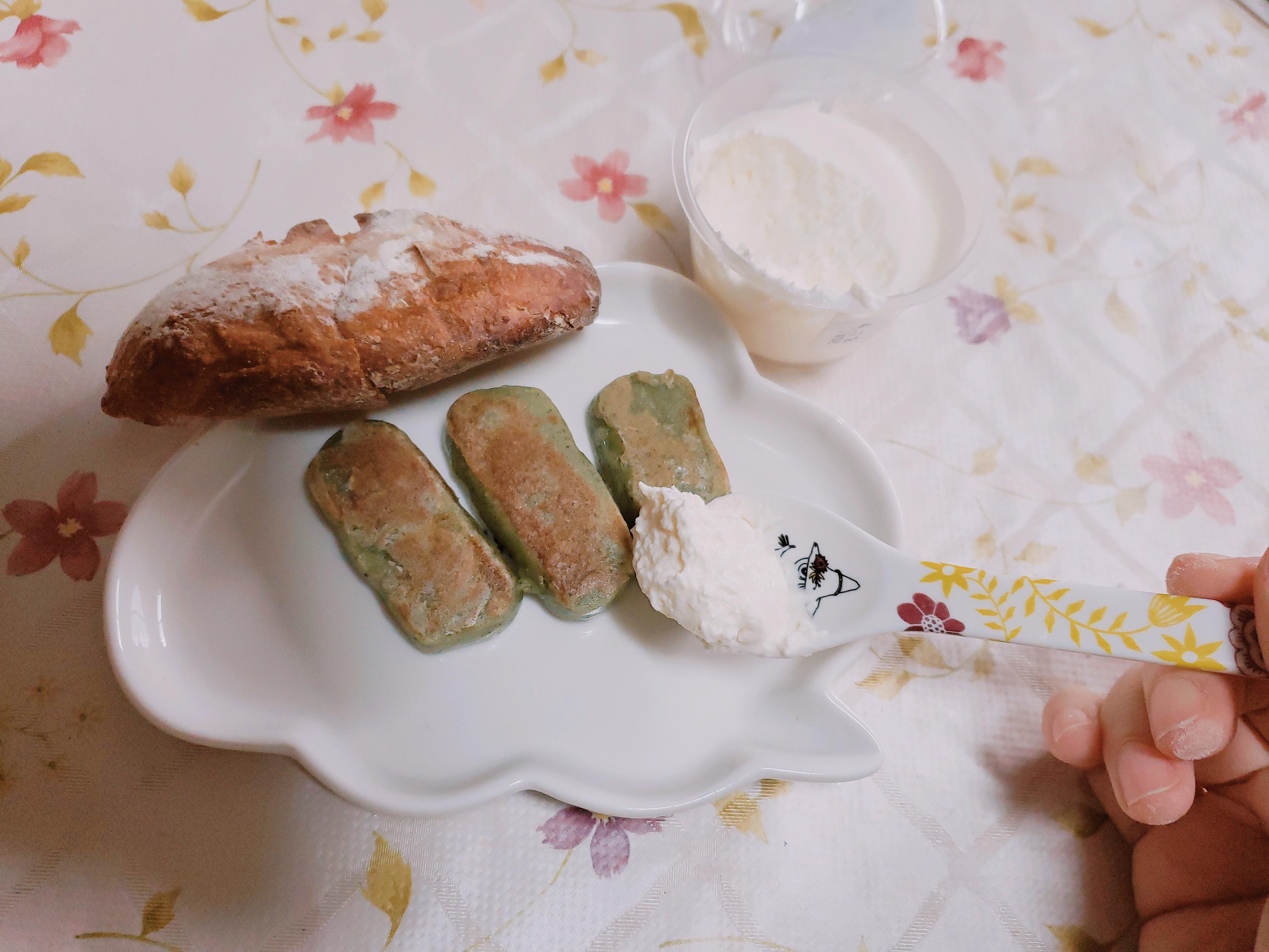 【ローソン】プレミアムロールケーキのクリーム食べました。